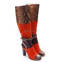 Оранжевые замшевые сапоги до середины икры с пряжкой и ремешком из змеиной кожи и кожи питона; коричневые ботинки на молнии с круглым носком