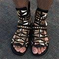 Nuevo Estilo de Moda Diseñador de Los Hombres de Oro Tachonado de Remaches Sandalias de Gladiador zapatos Para Hombre Pisos Peep Toe Negro Genuino Cuero Sandalias Hombres