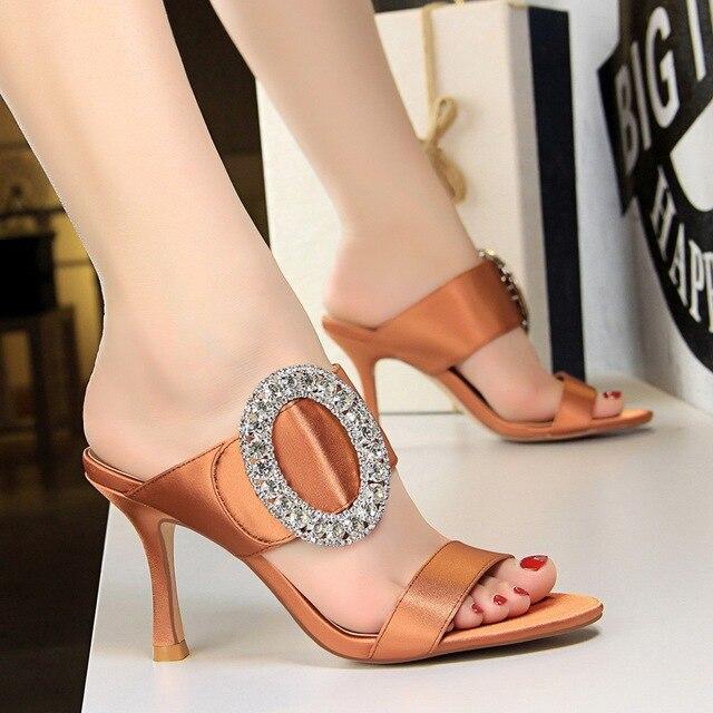 be550a2cc أسود أبيض جديد 2018 المرأة عالية الكعب أحذية الانزلاق على الحرير خمر حجر  الراين منصة الصنادل