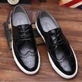 Brogues Couro dos homens Sapatos de Marcas de Lazer Flats Homens Oxfords Britânicos Esculpidos Ouro Prata Preto Oxford Calçados Casuais Masculinos Mocassins