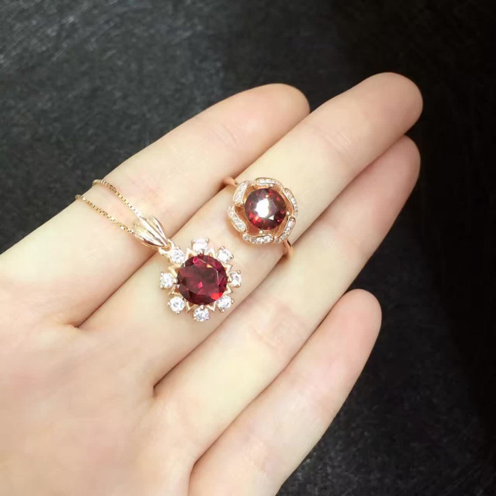 Sale Qi Xuan_Simple And Elegant Dark Red Stone Flower Woman Rings_Plated Rose Gold Finger Rings_Manufacturer Directly Sales