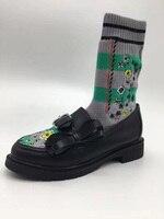 2018 новые черные кожаные с бантом женская обувь на плоской подошве носок Сапоги и ботинки для девочек embrodiery цветочный Для женщин Модные Полу