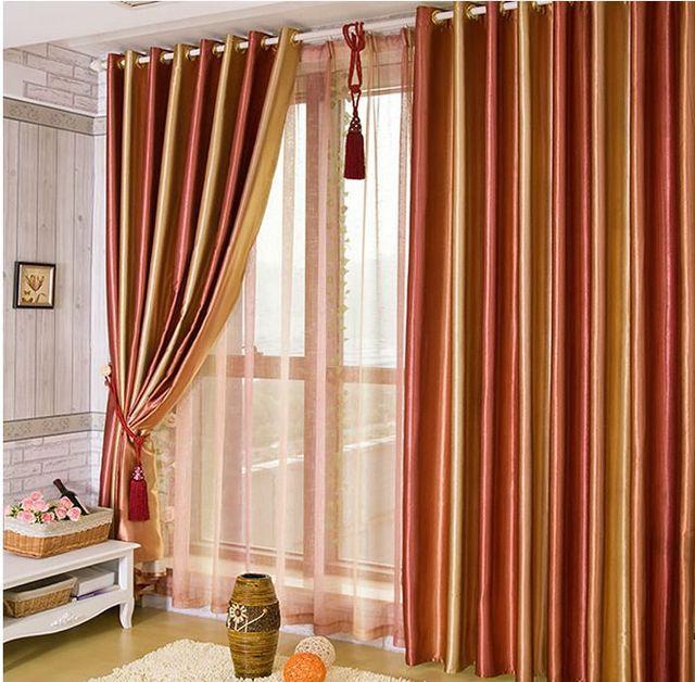 Upscale woonkamer kleurrijke gordijnen rood groen paars bruine ...