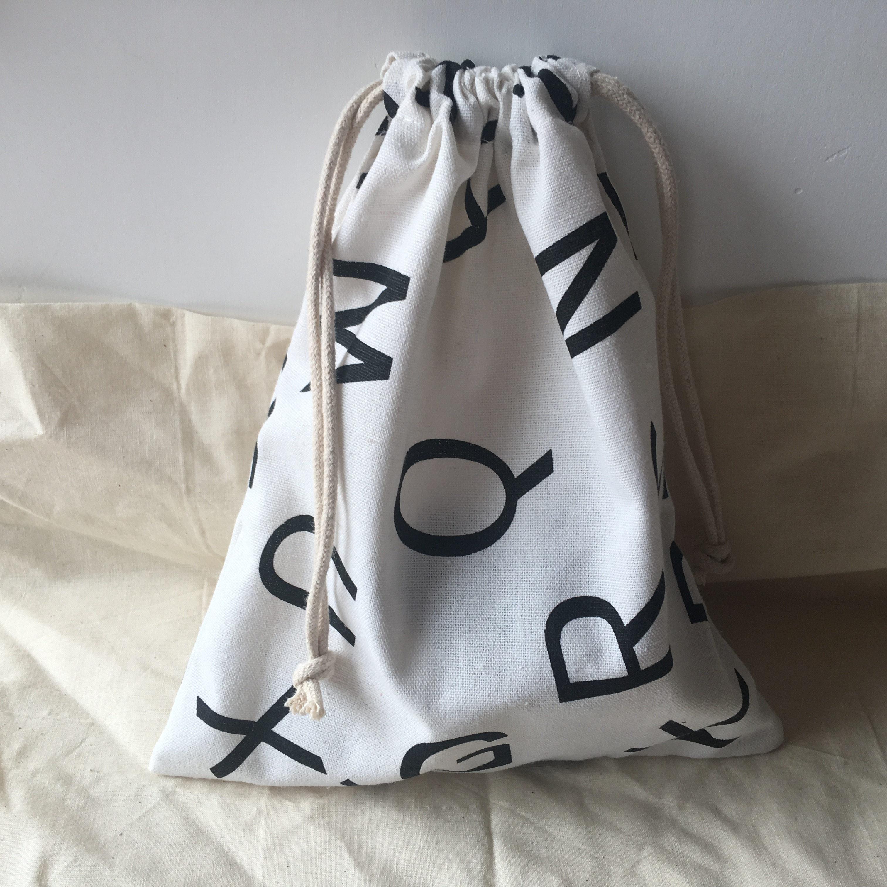 Cotton Linen Drawstring Organised Pouch Party Gift Bag Print Black English Letter White Base YL610f
