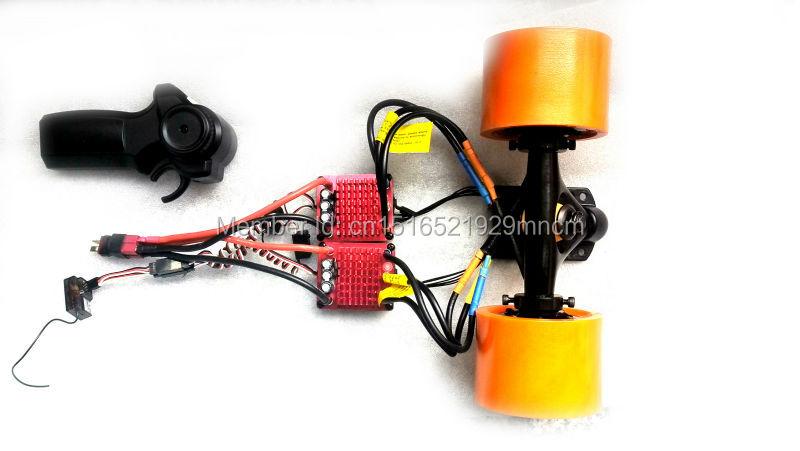 Planche à roulettes électrique dans le kit de moteur de roue pour longboard comprenant l'esc et les télécommandes