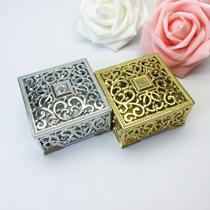 100pcs Luxury Golden Silver Square Hollow Out Plastic Candy Box Party Gift Favor Packaging Boxes Wedding