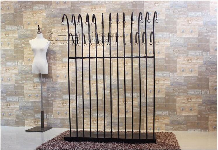 The new island clothing shelves, wrought iron clothes hangers, displays parallel bars
