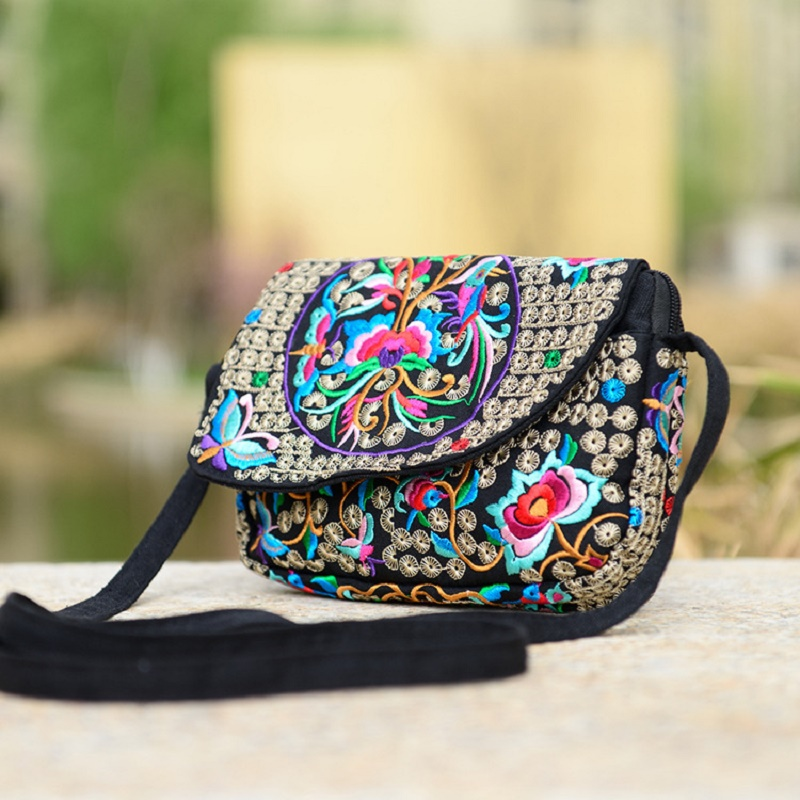 2018 new ethnic style embroidery canvas embroidery canvas three-tier mobile phone pocket lady Messenger bag