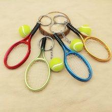 d0547a693 Metal Mini raqueta de Tenis recuerdo hecho a mano lindo Tenis raqueta bola  llavero deportes clave llavero regalo de la novedad