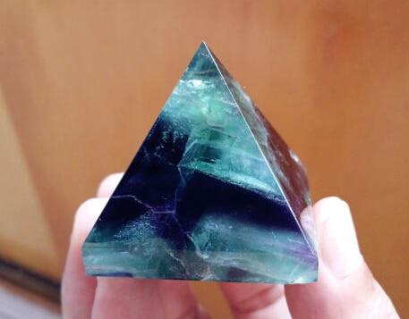 Spécimen de pyramide poli par cristal naturel de Quartz de Fluorite