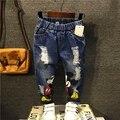 O envio gratuito de 2017 nova primavera outono crianças moda jeans meninos buraco denim calça casual calças do bebê dos desenhos animados do bebê