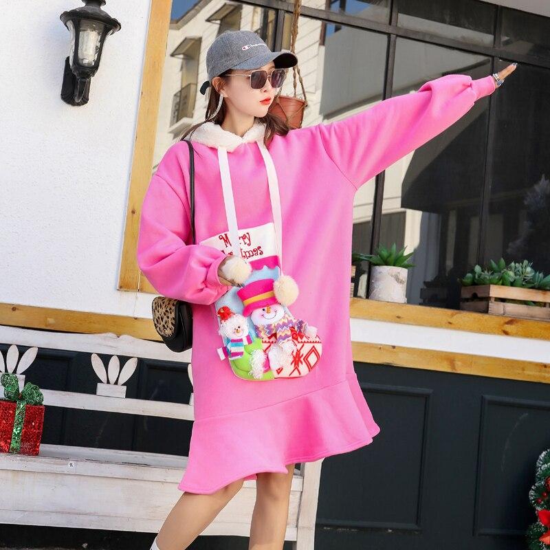 Różowa sukienka z futrzanym kapturem oraz naszywaną skarpetą Merry Christmas 5