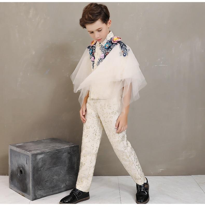 Modelo infantil passarela mostrar pequeno anfitrião trajes