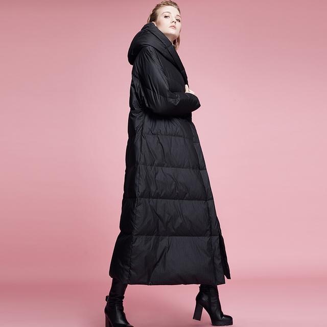 2017 de la moda de invierno con una capucha de diseño negro largo abajo cubren a la hembra largo over-the-knee engrosamiento térmica prendas de vestir exteriores