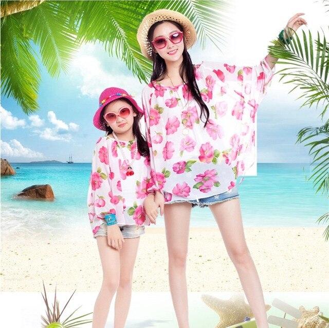 2017 Летом мать и дочь clothing семьи сопоставления одежда девушка непроницаемый для солнечных лучей полный рукавом цветочные шифон пляж рубашка белый жилет