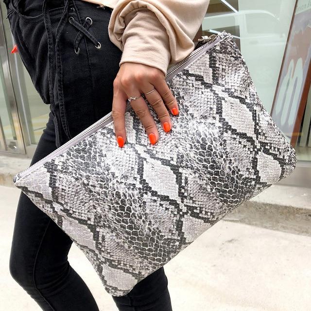 נקבה קוריאנית גרסה יום מצמד תיק 2019 חדש אישיות אופנה נחש דפוס יד תיק גדול קיבולת מעטפת תיק תיקים