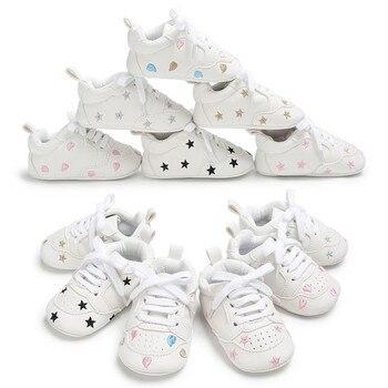0630cd5b596 Zapatos de cuna de bebé para niños suela blanda de cuero PU mocasines niña  zapatillas Niño chico recién nacido calzado Tenis Infantil