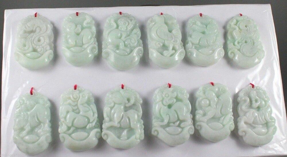 Un groupe de pendentifs du zodiaque chinois sculptés à la main en jadéite naturelle Pure