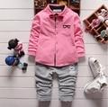 Nuevos Muchachos de la Ropa de Otoño de Algodón de Moda de Color Sólido Completo Niños de la manga de la Capa + Pantalones A Rayas Bebé Niños Que Arropan Los Sistemas traje
