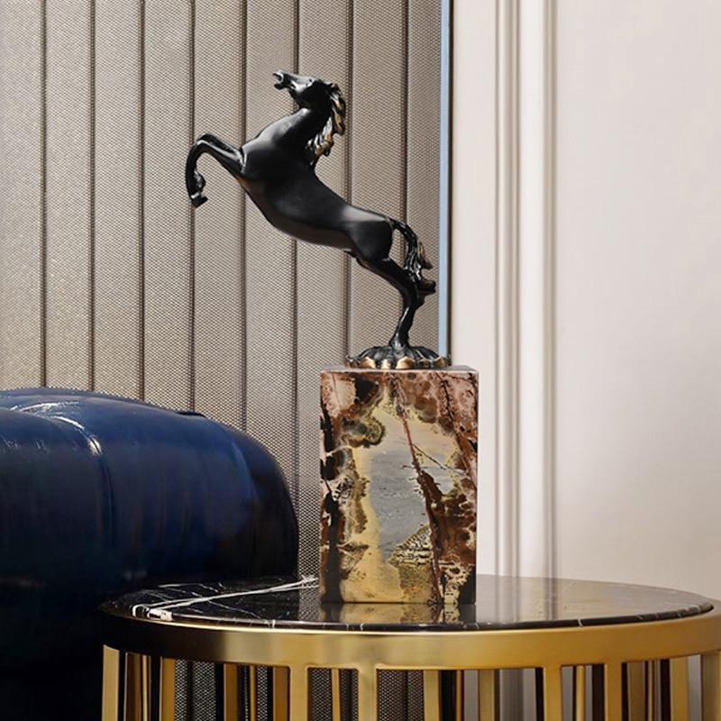 Black Running Paard Standbeeld Black Metal Art Craft Marmer Base Postmoderne Wijnkast Ornamenten Decoratie Sculptuur Thuis Gift