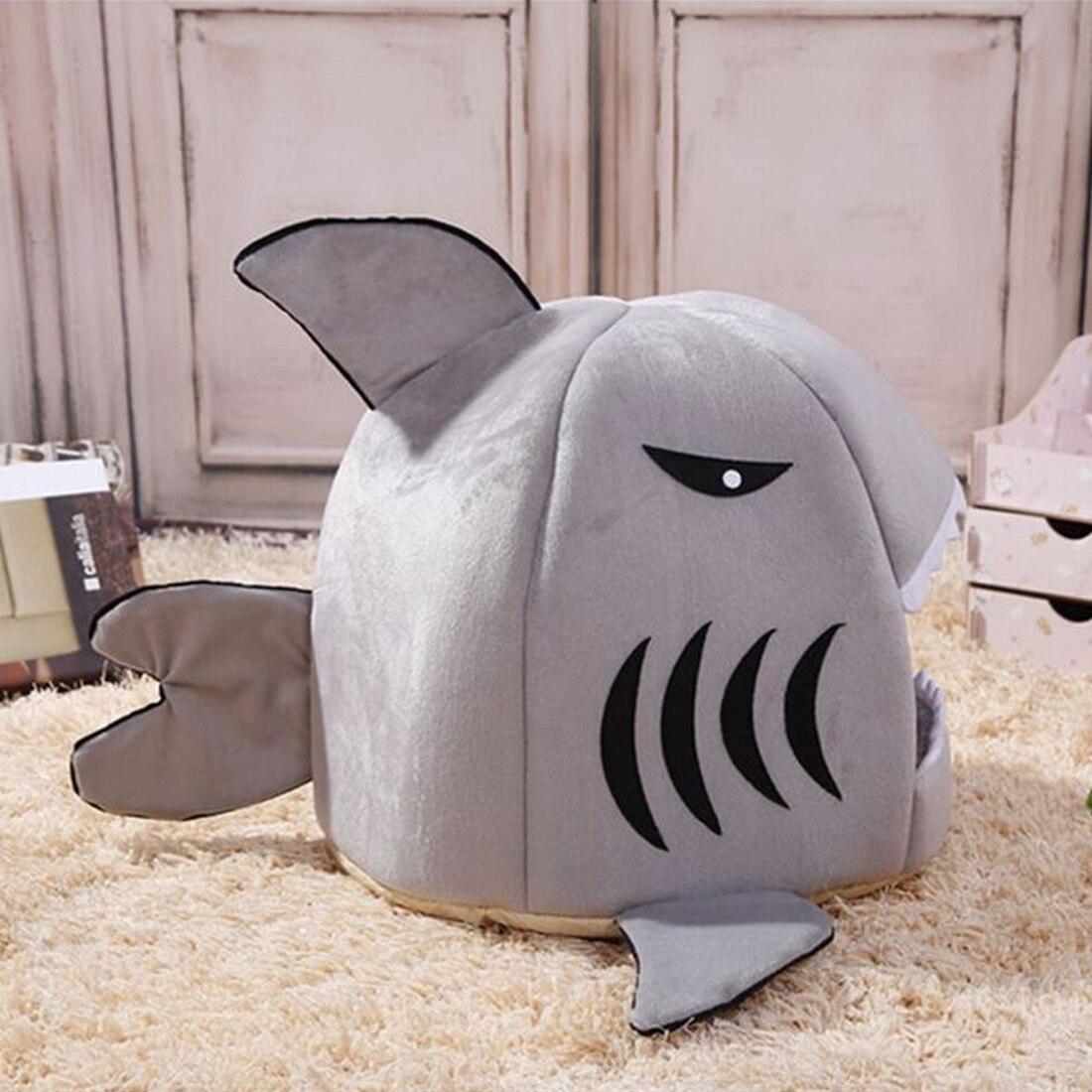Grijs haaienbedje mand zijkant voor de kat