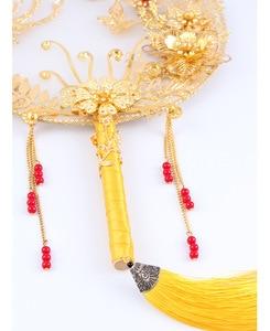 Image 3 - JaneVini tradycyjny chiński ślub bukiet ślubny wentylator złota czerwone kwiaty zroszony starożytny Bride ręka uchwyt fanów na pokrycie twarzy