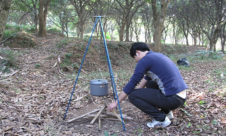 ФОТО Multifunctional Tripod Alpenstock Hiking Walking Stick/Hanging Pot/Camping Lamp Holder/Camera Tripod Outdoor Tools Travel Kits