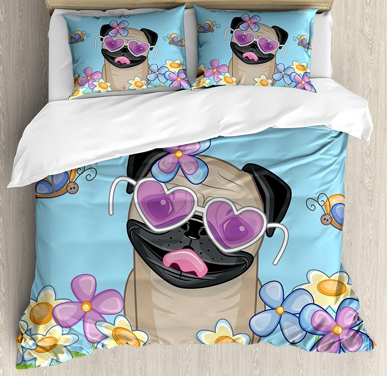 Набор пододеяльников для мопса, восхитительный щенок на поле цветы бабочки в форме сердца облака открытое небо, Комплект постельного белья