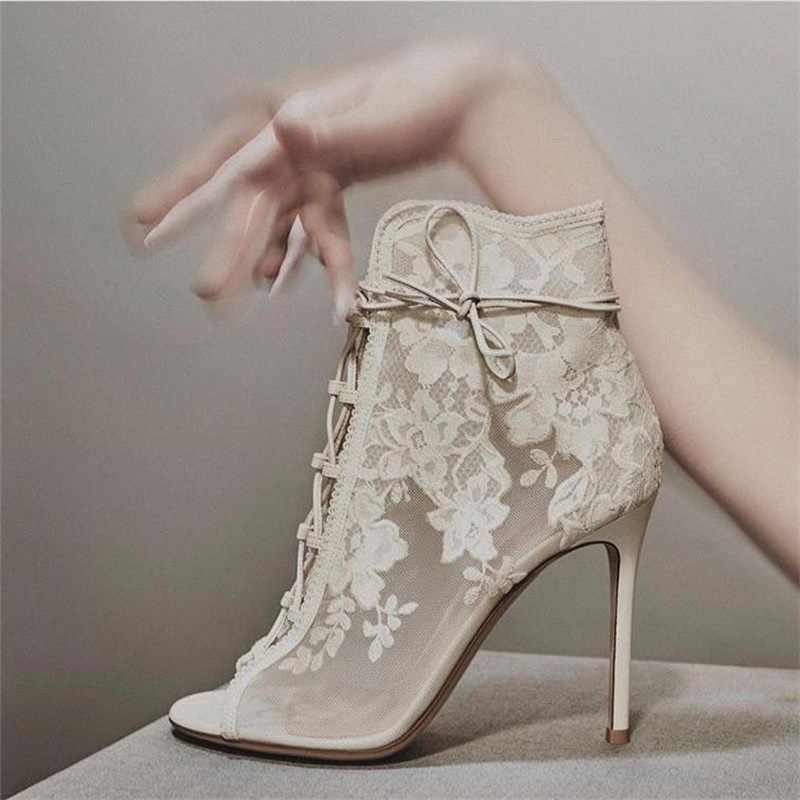 Zarif açık ayak nakış dantel çiçek yarım çizmeler çapraz bağlı ince topuk nefes örgü siyah beyaz çizmeler kadın düğün ayakkabı