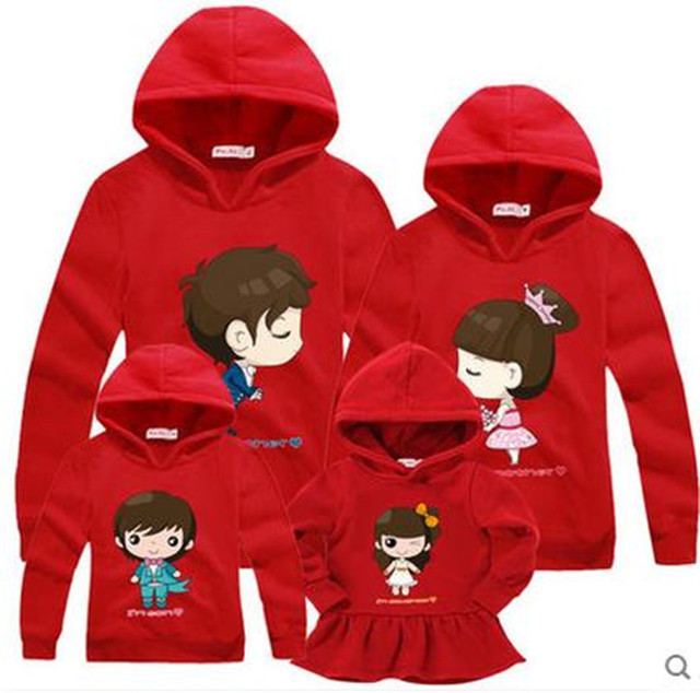 La familia a juego ropa nueva primavera jerséis con capucha entre padres e hijos niños coinciden
