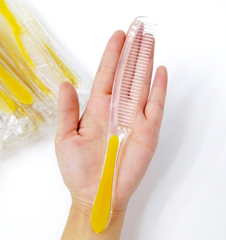 цена на Free Shipping 100Pieces/lot Double Color Plastic Disposable Comb Wholesale Hotel Supplies Independent package