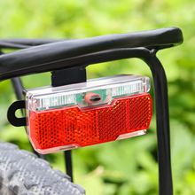 Czerwony rowerowy tylne światło użyj 2 szt Baterie AAA rower tylny bagażnik lampa światła z reflektorem rowerowym rowerowe światła rowerowe tanie tanio Onature ON-RF003 EN55015 2013+A1 2015 EN61547 2009 Rama Baterii Bike Rear Rack Light Plastic 94 5*35*29mm 2pcs AAA batteries(Not included)
