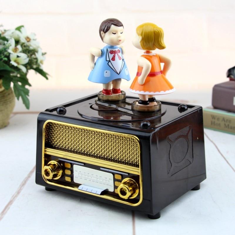 Caja De música De pareja beso Regalo De Cumpleaños suministro De fiesta Caja De música Diy forma De Radio Caja Musical tallada antigua Caja De música regalo de los niños