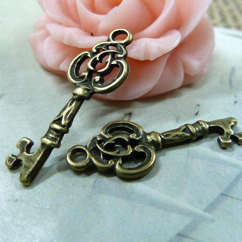 5e75f342a945 90 unids 9 26mm bronce antiguo clave colgantes al por mayor DIY accesorios  hechos a mano de la vendimia joyería materiales metal