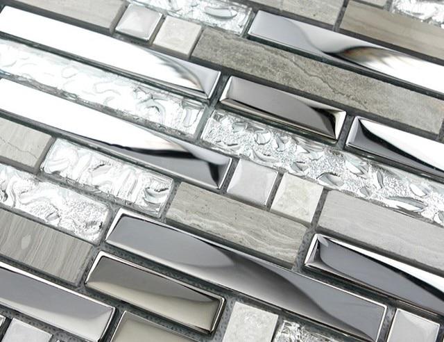 Striscia di colore grigio metallo misto di vetro e pietra mattonelle ...