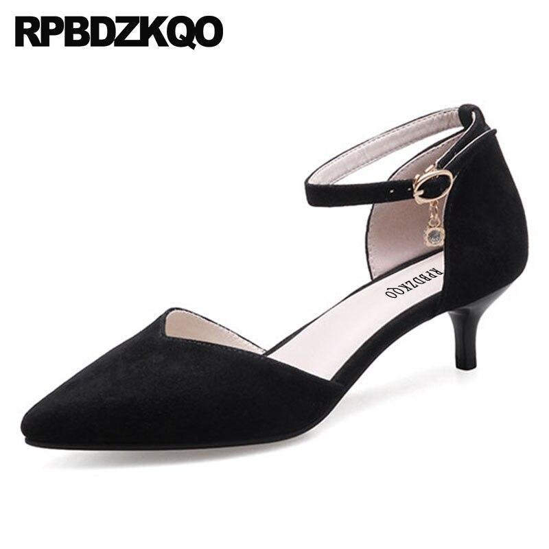 Замшевые женские туфли на среднем каблуке с острым носком и ремешком на щиколотке; цвет серый; дизайнерские черные туфли гвоздики с заклепк