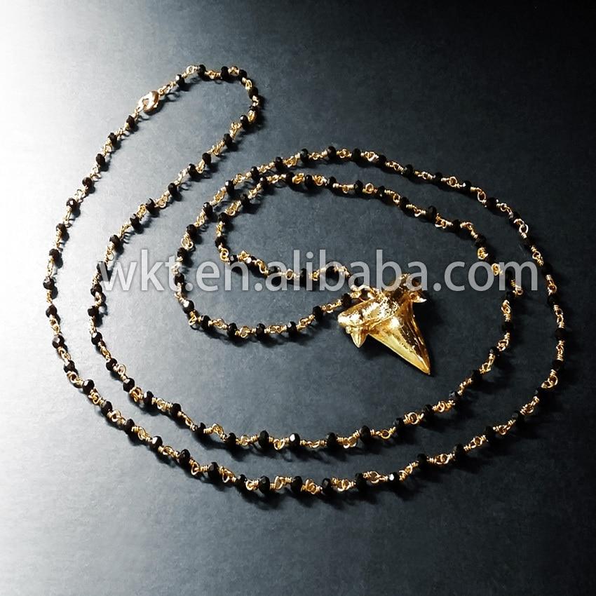 WT-N227 nagykereskedelmi egyedi természetes arany galvanizált nyers cápafog nyaklánc fekete rózsafüzért gyöngyökkel