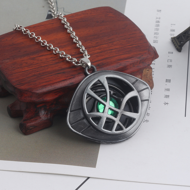 RJ New Movies Doctor Strange Keychains Pendants Avenger 3 Dr.Strange Steve Green Crystal Agamotto Eye Choker Keyring Men Jewelry