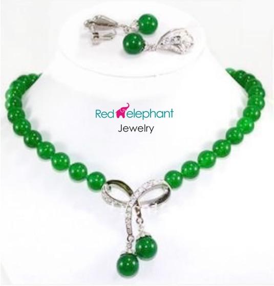 Shopping gratuit! Beaux ensembles de boucles d'oreilles pendantes de collier de perles jades vertes