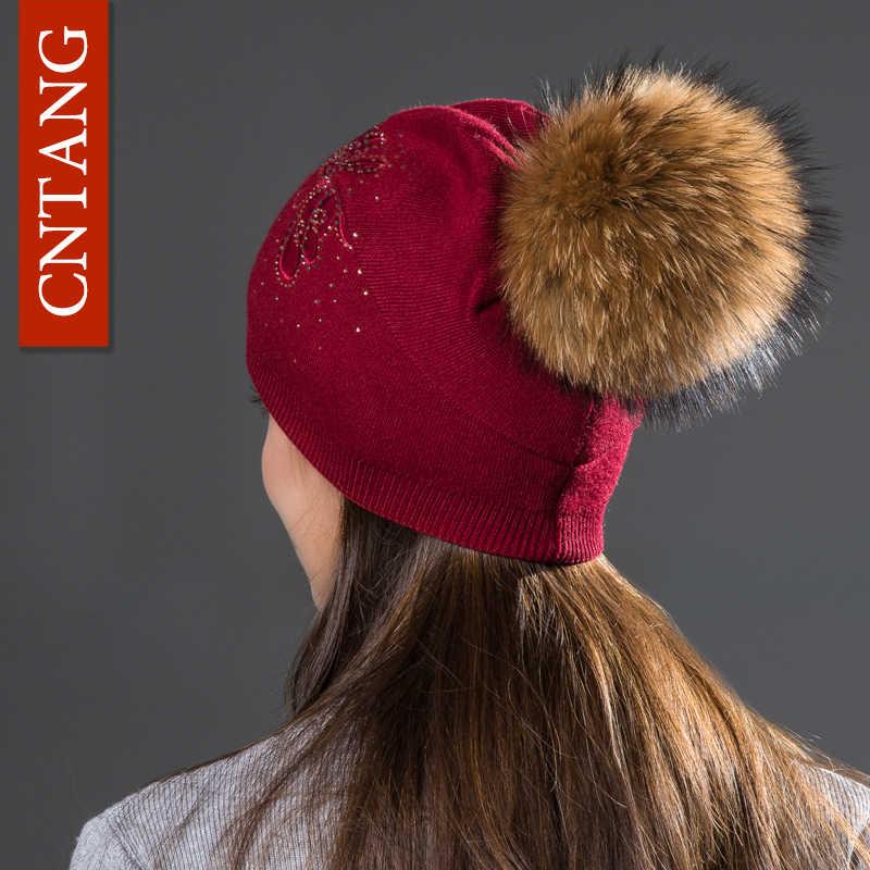 CNTANG ファッションラインストーン蝶ニットウールキャップ秋冬暖かい女性の帽子自然アライグマの毛皮のポンポンビーニー帽子