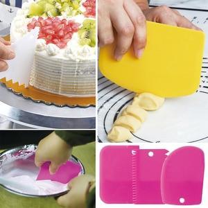 Image 2 - 3 قطعة/المجموعة عالية الجودة الملونة متعددة الوظائف غير النظامية الأسنان حافة Scraper بها بنفسك كريم مكشطة مجموعة أدوات مطبخ قالب الكعكة