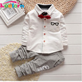 2017 Nuevos Niños de La Manera Ropa de Primavera y Otoño de Los Bebés Fija niños Pajarita de Manga Larga de Juegos de los Deportes T-shirts + Pants de Los Muchachos ropa