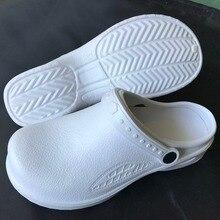 Mutfak tıbbi ayakkabı kadınlar için siyah veya beyaz kadın iş ayakkabısı yağ geçirmez su geçirmez bahçe takunya kadın sandalet 318 unisex