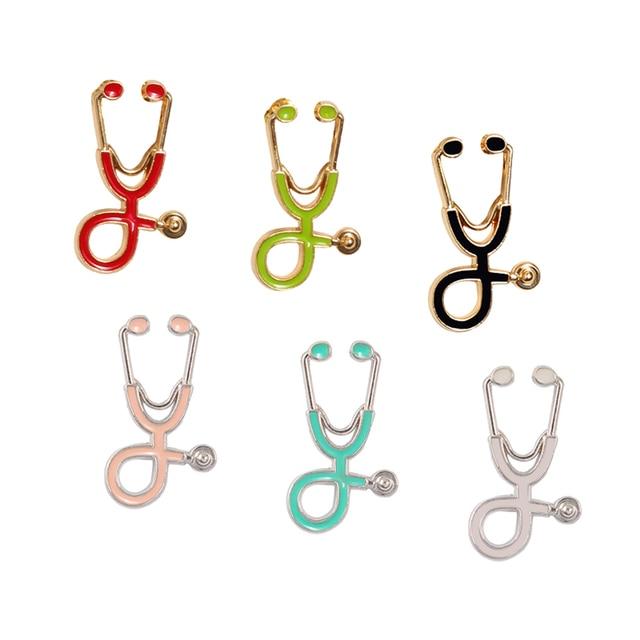 18 colori Stetoscopio Spille Per Il Dottore Oro Argento Dello Smalto del Metallo Distintivo Spilli Collezione Donna Accessori di Abbigliamento Gioielli