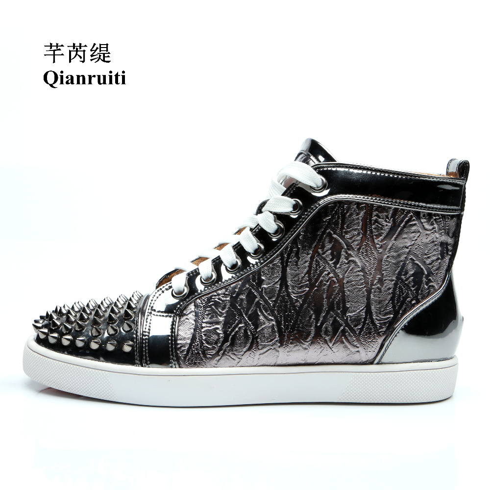 Qianruiti 2019 Men Silver Grey Spike Sneaker Lace-up Rivet Flat Laser-cut High Top Curved Shoes Men Runway Chaussure Hommes qianruiti men mixed color spike shoes fish scale patchwork multicolor rhinestone sneaker lace up flat high top men camping shoes