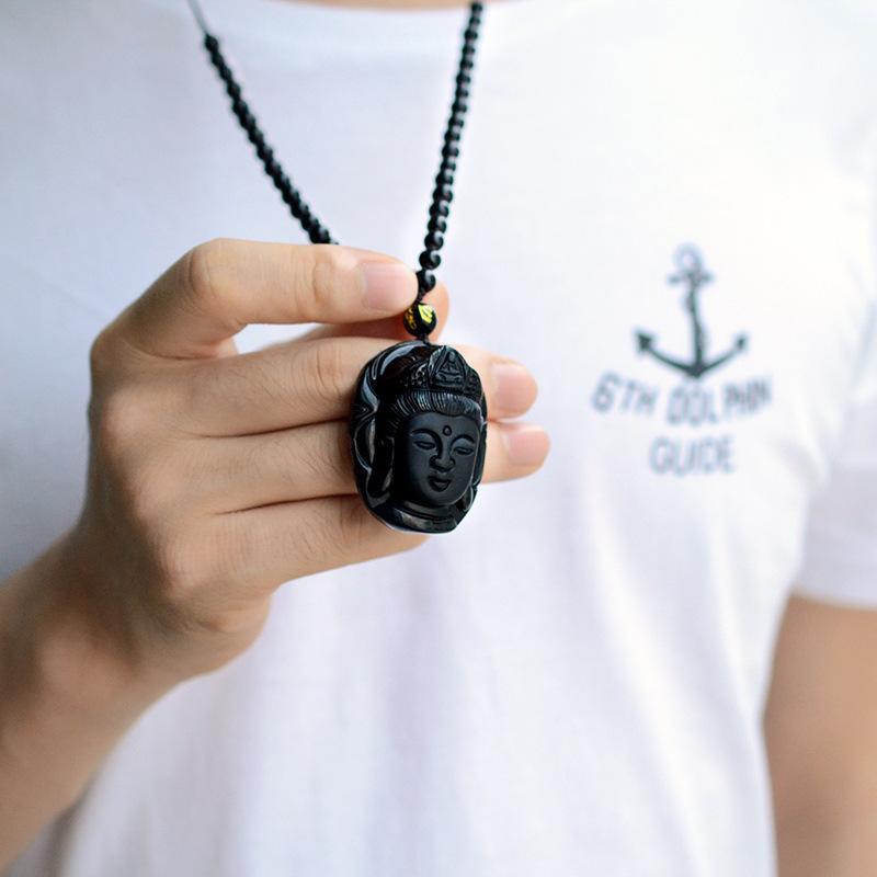 Collier tête de Bouddha en obsidienne en main