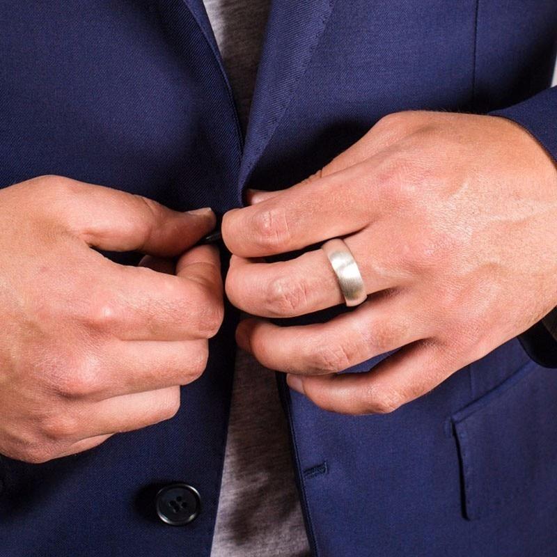 მამაკაცის ვოლფრამის კარბიდის ბეჭედი მამაკაცის ვარდისფერი ოქროს ფერით 6 მმ საქორწილო ჩართულობის შემსრულებელი ფუნჯით მქრქალი დასრულებული მამრობითი სამკაულები