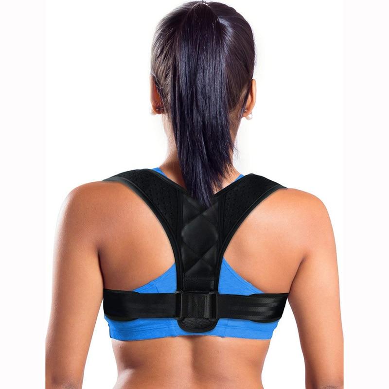 mulher usando corretor postural