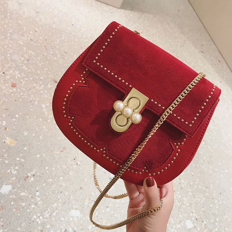 цены Bag female pearl lock chain shoulder bag 2017 new autumn and winter European and American fashion shoulder Messenger bag