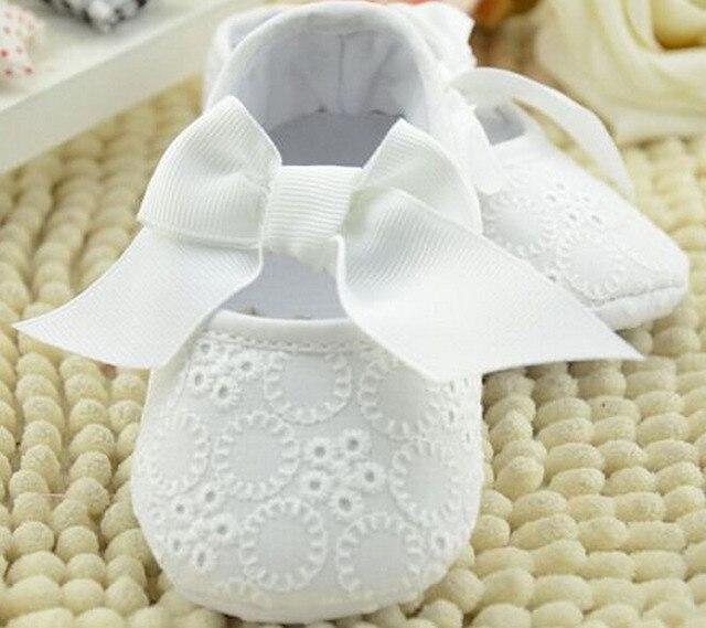 1b1dca0a303bc Bébé filles chaussures blanc avec bowtie infantile chaussures prewalkers  petites filles berceau chaussures antidérapant christenning de